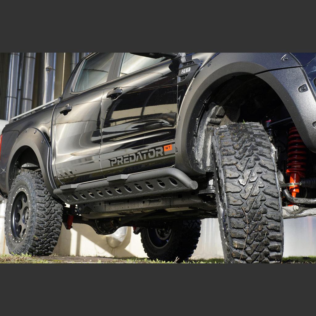 Ford Ranger mit Rockslider Seitenschutz in matt schwarz
